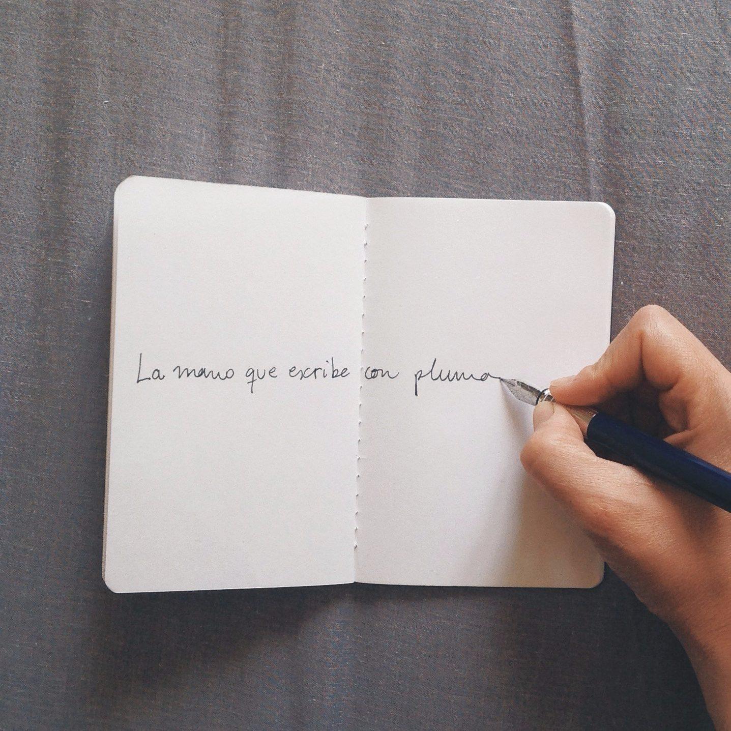 La mano que escribe con pluma (por María López Villarquide)